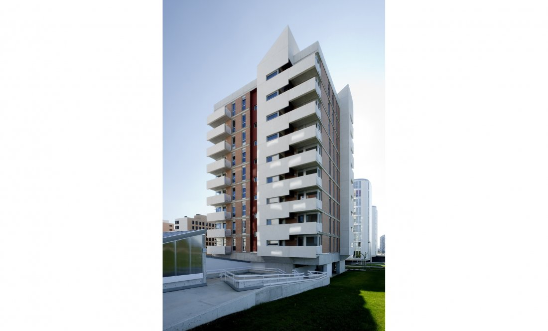 vista exterior 01. 66 VPO+CM. Apezteguia Architects