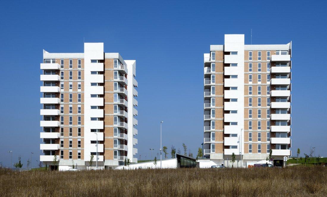 vista exterior conjunto. 66 VPO+CM. Apezteguia Architects
